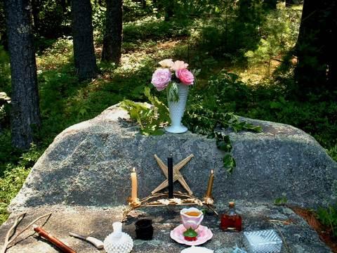 Lichenwood_summer_solstice_altar_be